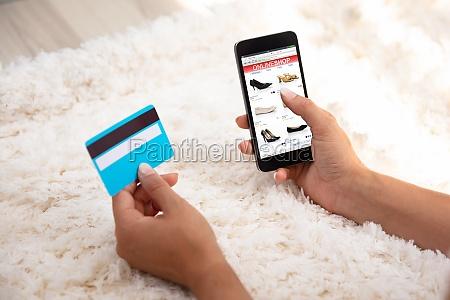 mujer usando tarjeta de credito para