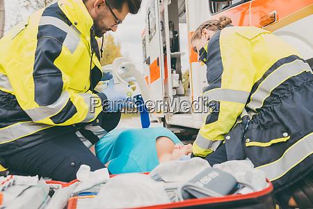 paramedicos que realizan primeros auxilios en