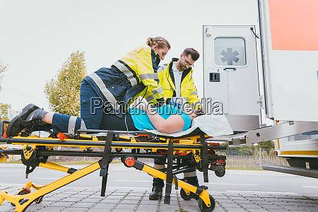 medico de emergencia cuidando a una