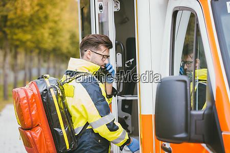 medico de urgencias con radio de