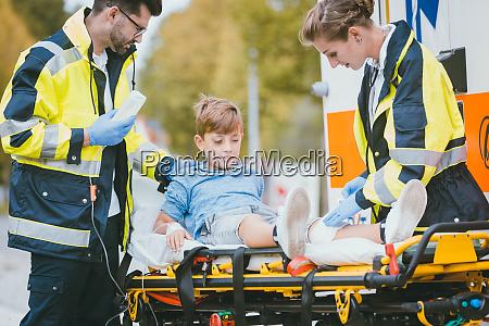 los medicos ponen al ninyo herido