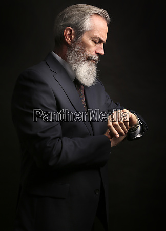 madura modelo masculina usando traje con