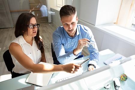dos empresarios mirando a la computadora