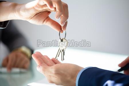 agente inmobiliario dando a la casa