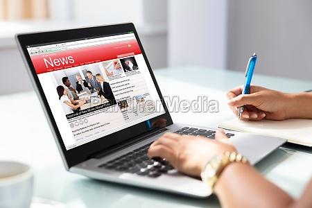 businesswoman revisando noticias en linea en