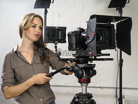 mujer atractiva operando una plataforma de