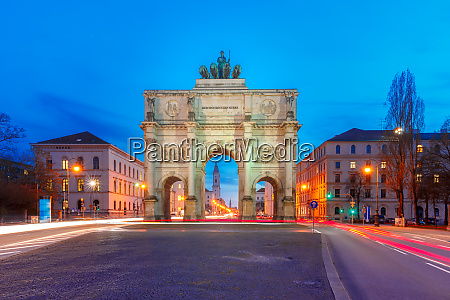 siegestor victory gate at night munich