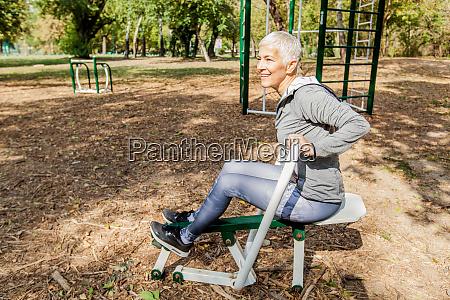 mujer madura saludable practicando en el