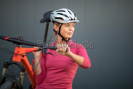 bonita joven mujer andando en bicicleta