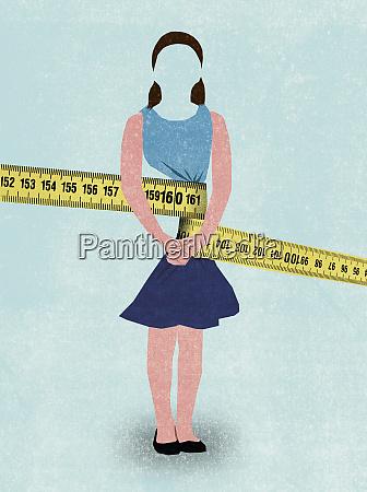 cinta medir apretando a la joven