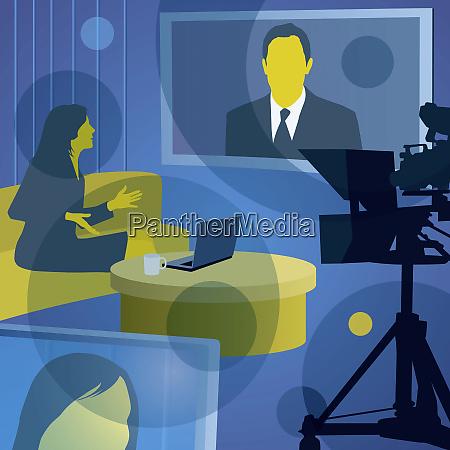 mujer entrevistando al hombre en la