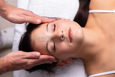 terapeuta massaging womans head
