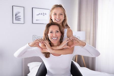madre e hija haciendo forma de