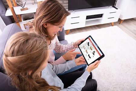 madre e hija comprando en linea