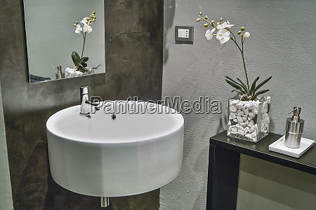 el lavabo suspendido en el banyo