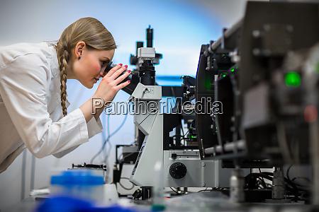 investigadora femenina que lleva a cabo