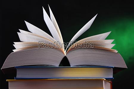 composicion con libro abierto sobre la