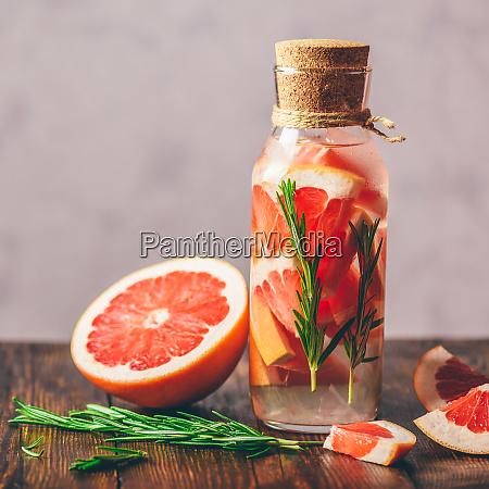 agua desintoxicada con pomelo y romero