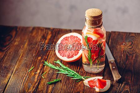 agua con pomelo cortado y romero