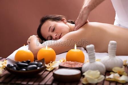 terapeuta masaje de la espalda de
