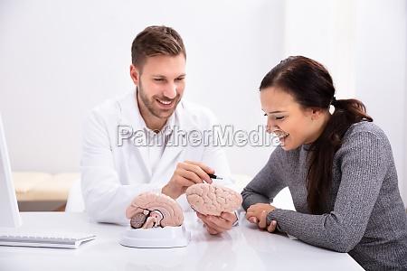 doctor explicando detalles del cerebro humano