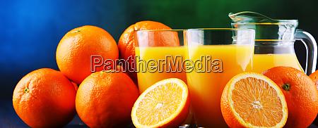 gafas con zumo de naranja recien