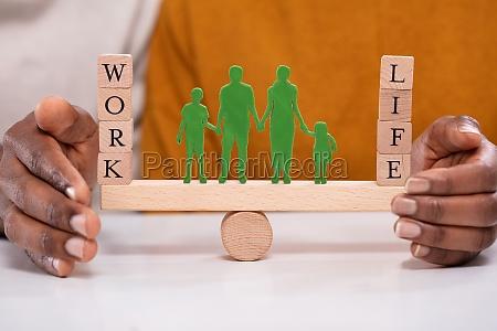 persona que protege el equilibrio laboral