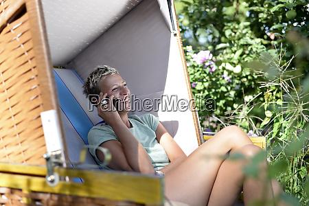 mujer riendo en el telefono sentado
