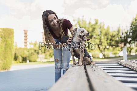 joven entrenando a su perro en