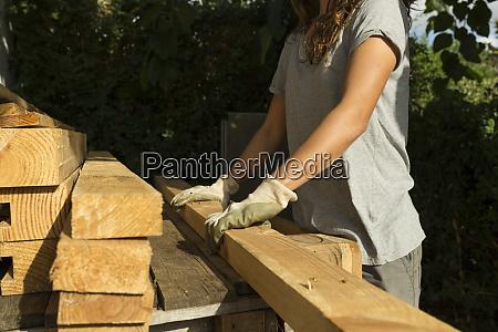 artesana que llevaba guantes protectores trabajando