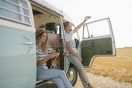 pareja joven con telefonos celulares relajantes