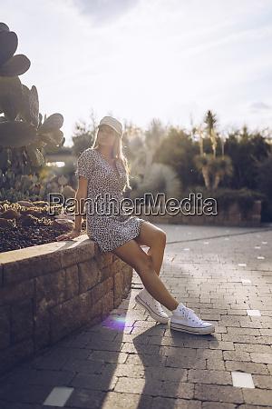 atractiva mujer joven vistiendo vestido de