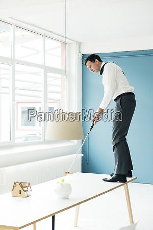 empresario jugando al golf en la