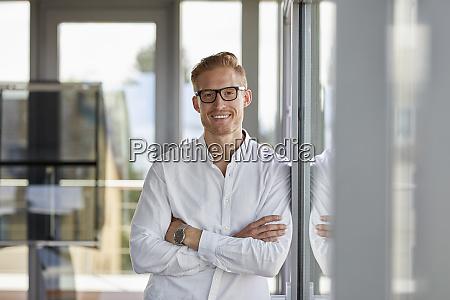 retrato de empresario sonriente en la