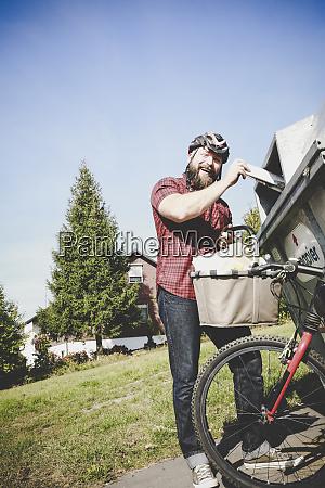 retrato del ciclista de risa reciclando