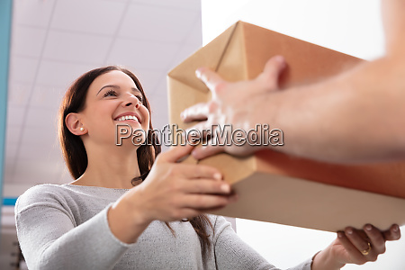 entrega del hombre que da caja