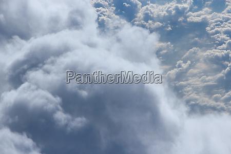 vuelo sobre nubes maravilloso panorama desde