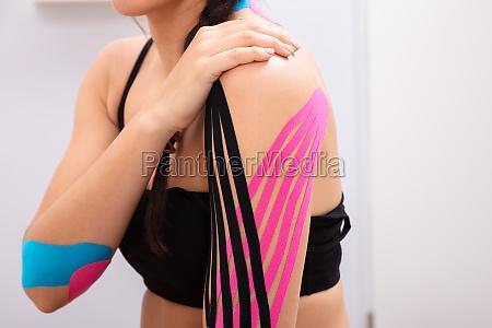 mujer teniendo cinta de fisioterapia en