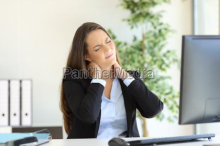 mujer empresaria sufriendo dolor de cuello