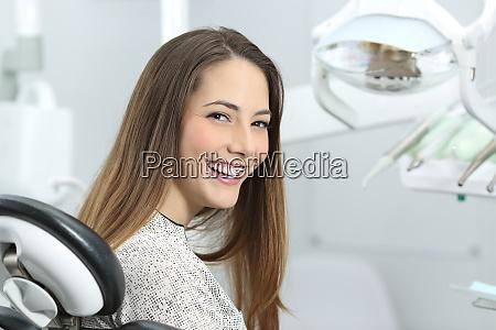 paciente dentista que muestra una sonrisa