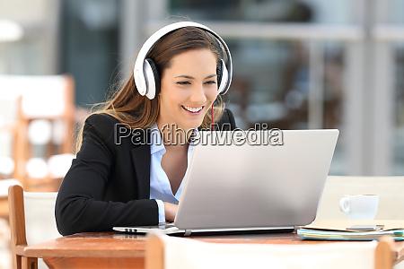 ejecutivo viendo video conferencia en linea