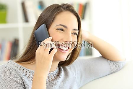senyora hablando por telefono movil sentado