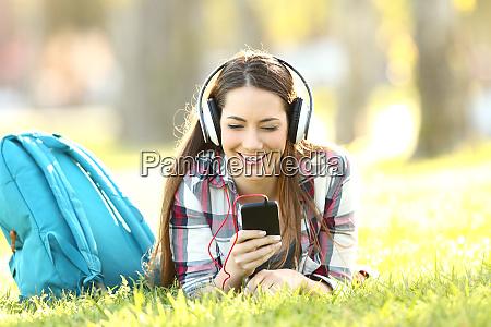 estudiante feliz escuchando lecciones de audio