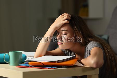 estudiante cansado tratando de estudiar en