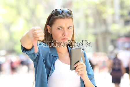 telefono pulgares abajo cliente celular retencion