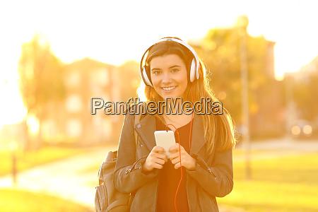 musica escuchar escuchar auriculares telefono chica