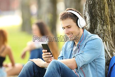 estudiante escuchando musica con auriculares en