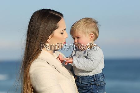 madre y su hijo frunciendo el