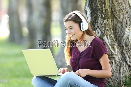 adolescente escuchando y viendo los medios