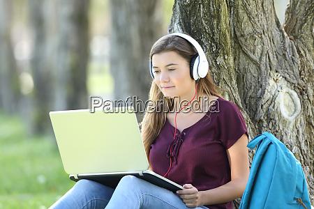 adolescente chica estudiando viendo tutoriales en